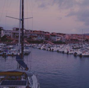 porto isola rossa barca vela